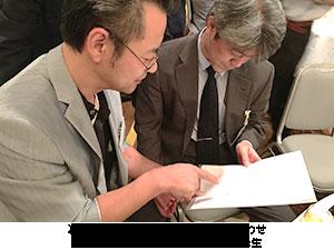 フコイダン研究についての打ち合わせをする吉田年宏先生と照屋助教授