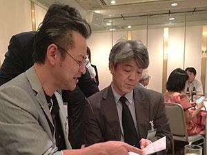 吉田年宏先生と照屋輝一郎助教の打ち合わせ風景